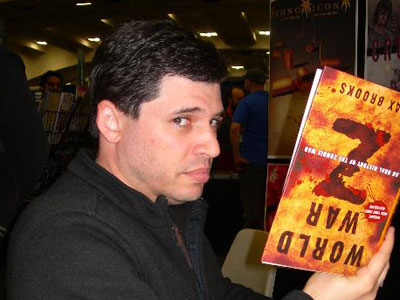 Max Brooks con su libro Guerra Mundial Z