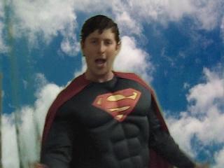 Goldentusk-cantando-como-Superman