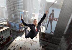 Stan Lee surcando los cielos como Spider-man
