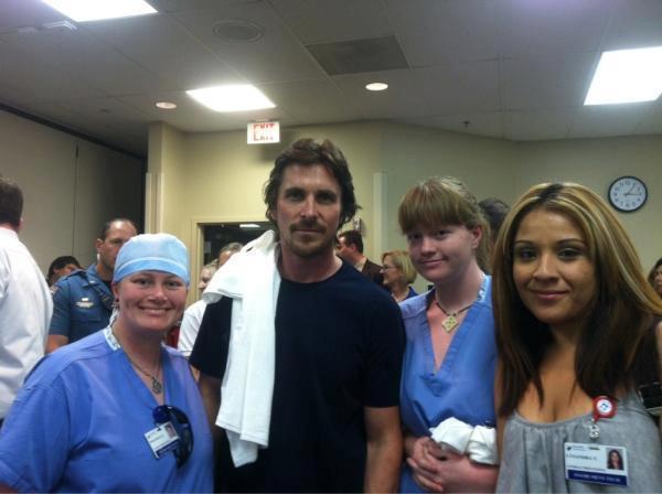 Christian Bale visita a las víctimas de la masacre en Colorado
