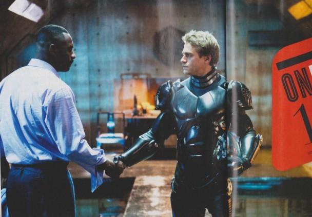 Charlie Hunnan Idris Elba se dan la mano