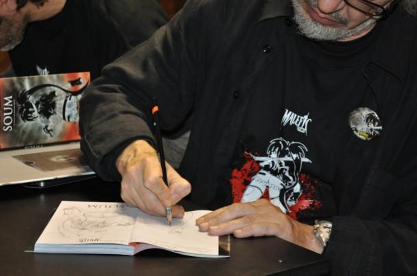 Luis Royo firmándonos un ejemplar de Soum