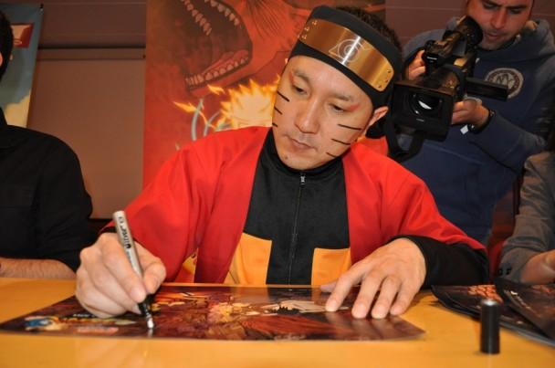 Hiroshi Matsuyama firmándonos el póster