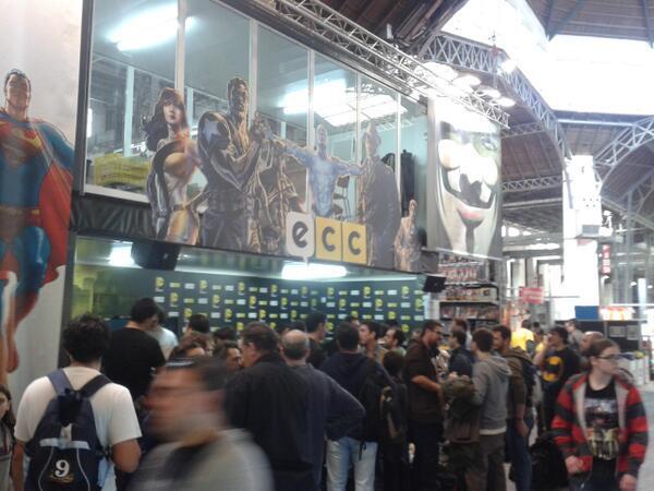Qué locura, todos andan en busca de sus cómics y firmas (Foto de ECC Ediciones)