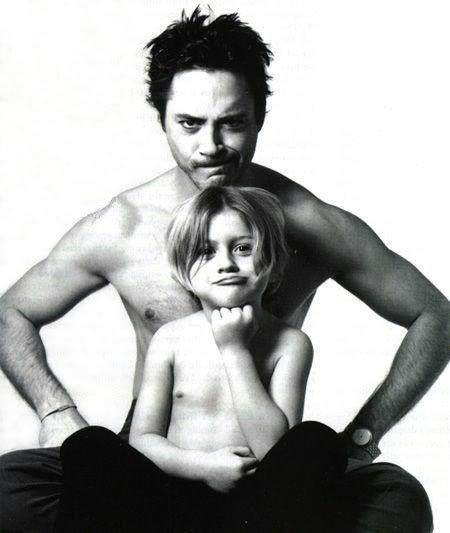 Robert junto a su hijo, Indio