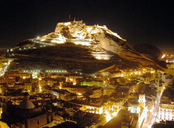 Panorámica del casco antiguo de Alicante y el castillo de Santa Bárbara de noche