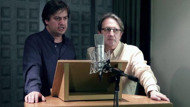 Los dos actores trabajando
