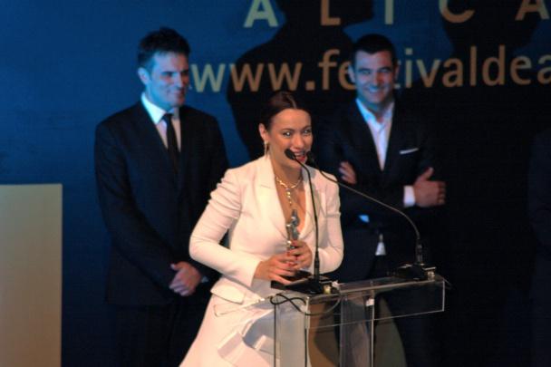 """Natalia Verbeke recibiendo el premio """"Ciudad de Alicante"""""""