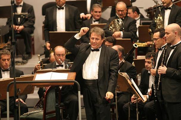 El maestro Díaz Alcaina en una actuación de su banda