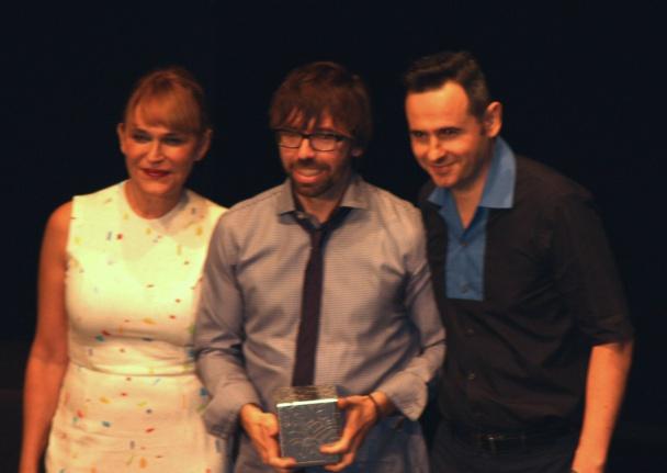"""Antonia San Juan y Miguel Seví otorgando el premio al mejor largometraje a David Valero por """"Los Increíbles"""""""