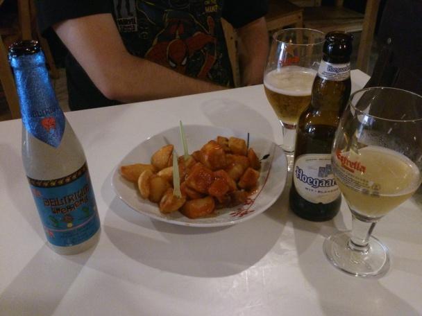 Bravas y cerveza de importación en la Taverna del Nan