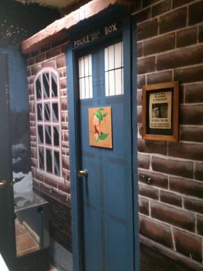 La puerta del WC, decorada como una Tardis