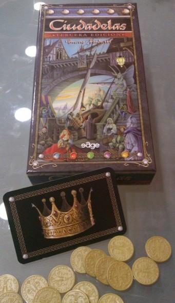 La caja, la carta de corona y algunas monedas