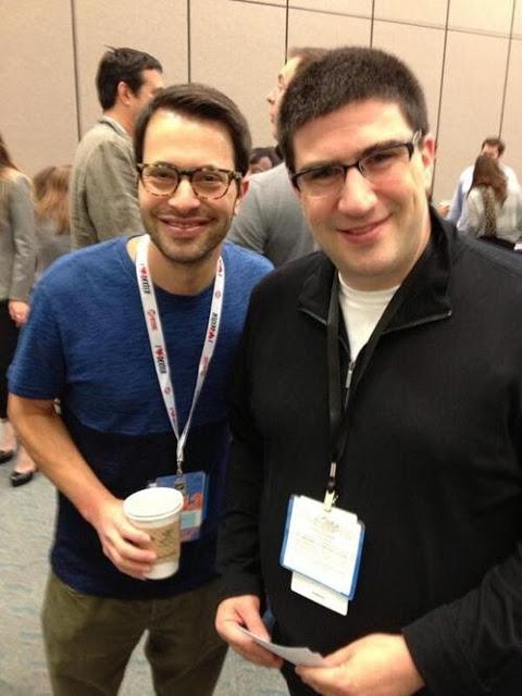 Horowitz y Kitsis sonrientes en la Comic Con de San Diego