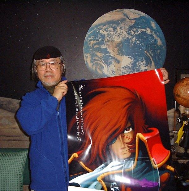 El mangaka Leiji Matsumoto, en una reciente imagen y orgulloso junto un póster del póster de su personaje más admirado