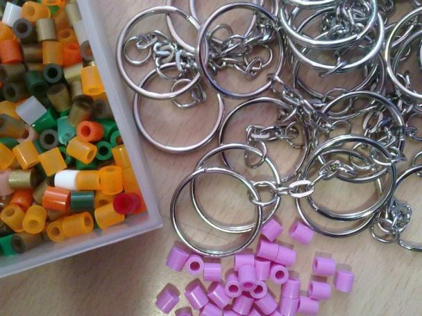 Las beads o pearls pueden combinarse entre colores y crear llaveros y complementos