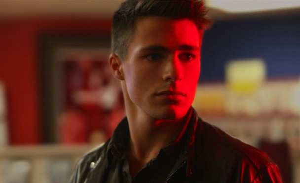 colton-haynes-arrow-roy-harper-tv-series-dc-comics-red-arrow-arsenal-flecha-roja