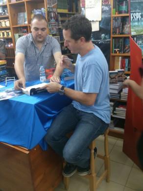 También firmó libros durante el evento