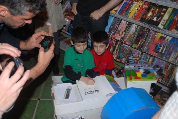 Denis (izquierda) y Darel (derecha) firmaron todos los ejemplares que se vendieron