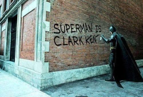 batman-escribiendo-grafitis-con-la-identidad-de-superman