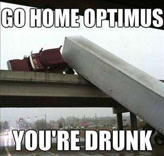 trailer-se-cae-por-un-puente-optimus-prime-borracho