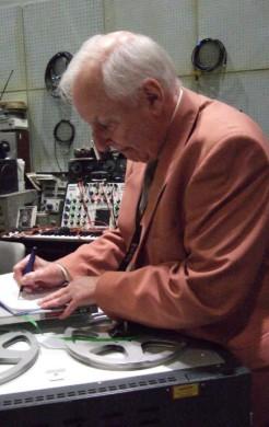Dick Mills firmando en el Sound Lab