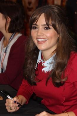 Jenna Coleman (Clara) firmando autógrafos
