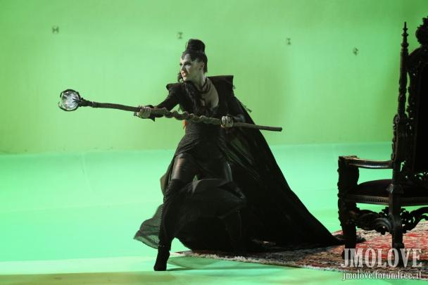 Lana Parrilla rodando una escena en croma. Como véis, solo tiene una alfombra y una silla. El resto, un majestuoso palacio de ensueño que en realidad, no existe