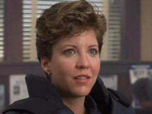 Nancy Allen como la agente Lewis