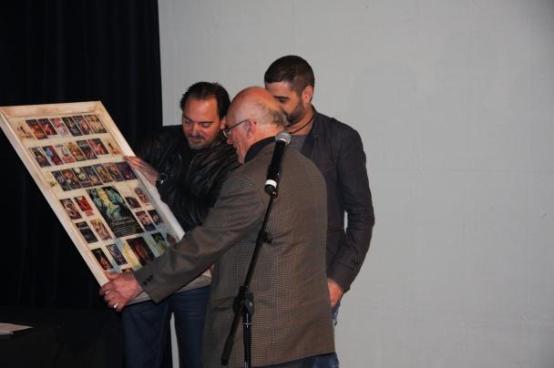 Colin Arthur recoge su premio homenaje de manos de Fran Mateu y Fele Pastor