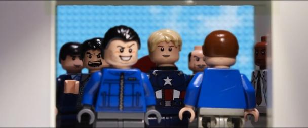 La escena del ascensor en LEGO