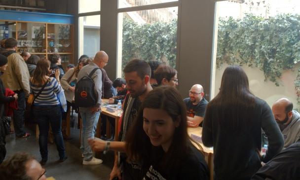 Firmas de autores durante la Gigacon, inauguración de la nueva Gigamesh