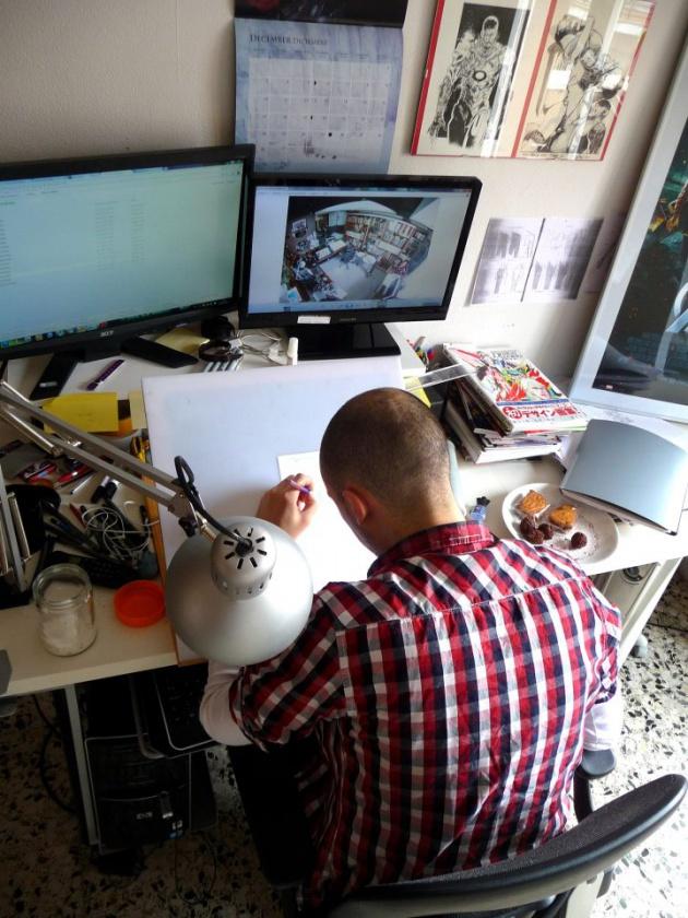 Iban Coello en su mesa de trabajo