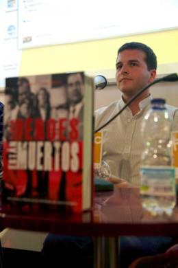 """J. J. Vargas presentando """"Los héroes no están muertos"""""""