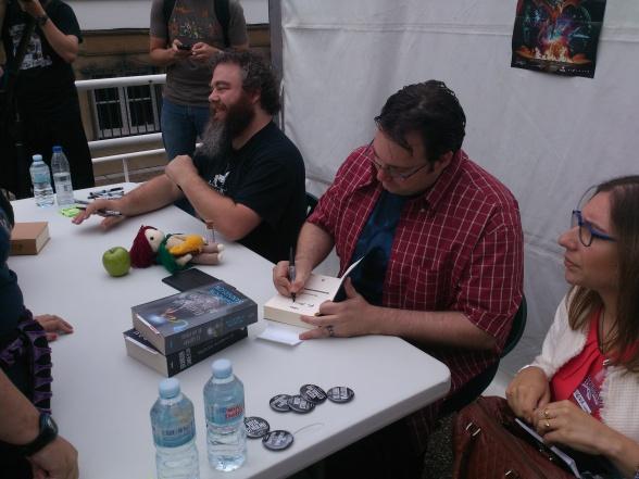 Brandon Sanderson y Patrick Rothfuss firmando en Celsius 232