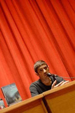 Emilio Bueso en la presentación de 'Esta noche arderá el cielo' (fotografía de los organizadores)