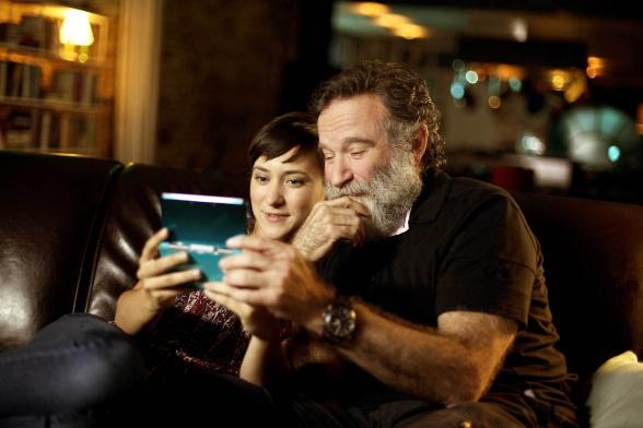 Robin y su hija Zelda jugando a un videojuego