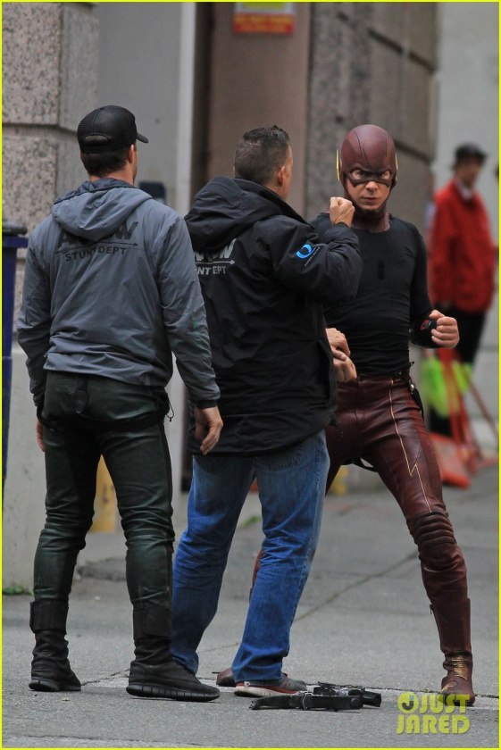 grant gustin stephen amell the flash arrow crossover 08