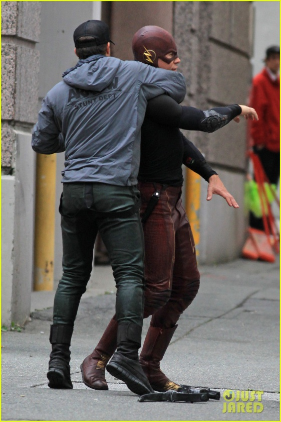 grant gustin stephen amell the flash arrow crossover 11