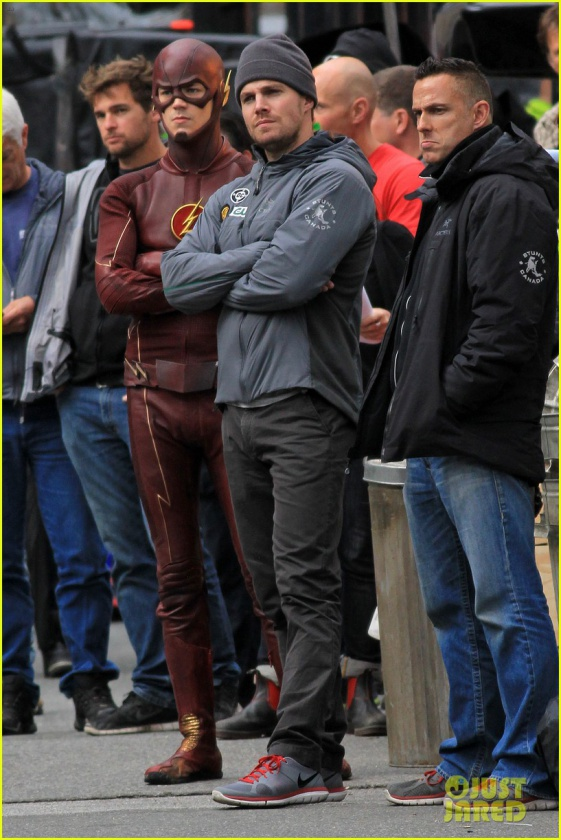 grant gustin stephen amell the flash arrow crossover 12