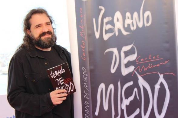 Carlos Molinero junto a su libro 'Verano de miedo'
