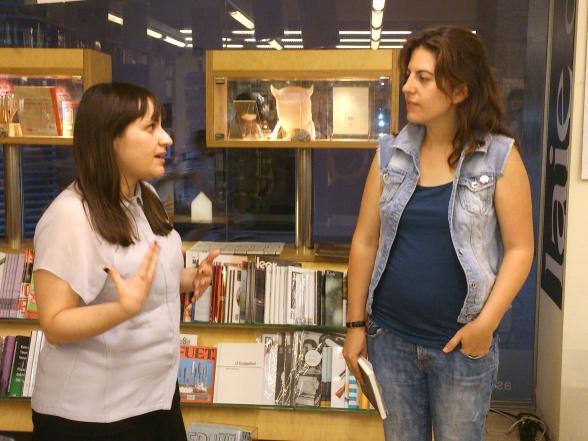 Tamara Romero (izquierda) y Laura Fernández (derecha) durante la presentación de '¡Pérfidas!' en Laie CCCB