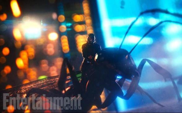 Ant Man montado en una hormiga voladora