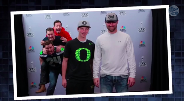 Chris Pratt y Chris Evans photobomb Super Bowl