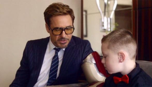 Robert Downey Jr visita a niño discapacitado