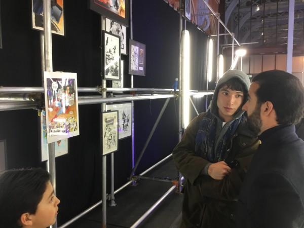 El propietario de la Colección Imposible', Ayman Hariri, mostrando las piezas expuestas.