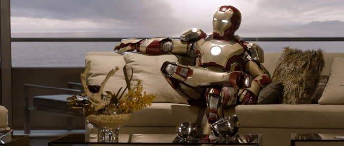 Iron Man en el sofá