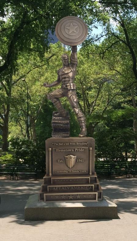 Capitán América estatua simulación parque