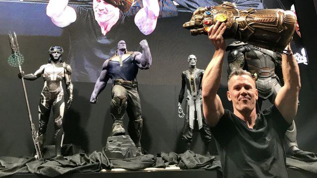 Josh Brolin con el guantelete del infinito presentación Avengers Infinity War D23