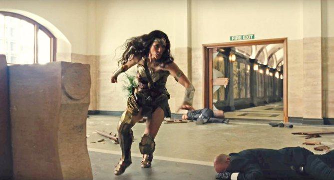 Liga de la Justicia - Wonder Woman en el banc
